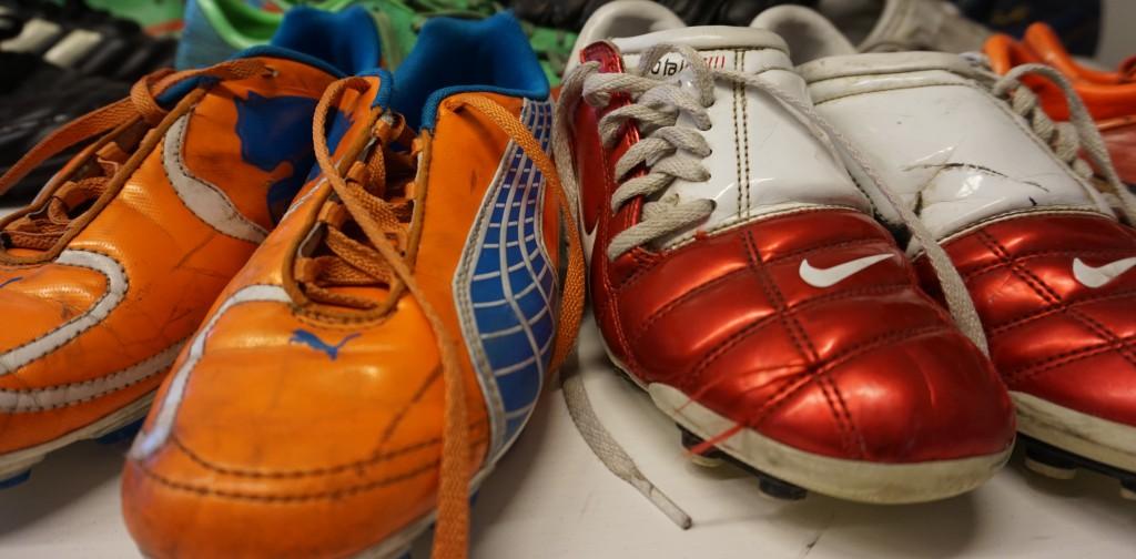 Över 100 par skor samlades in till Askims IK i samband med att flyktingprojektet startade.